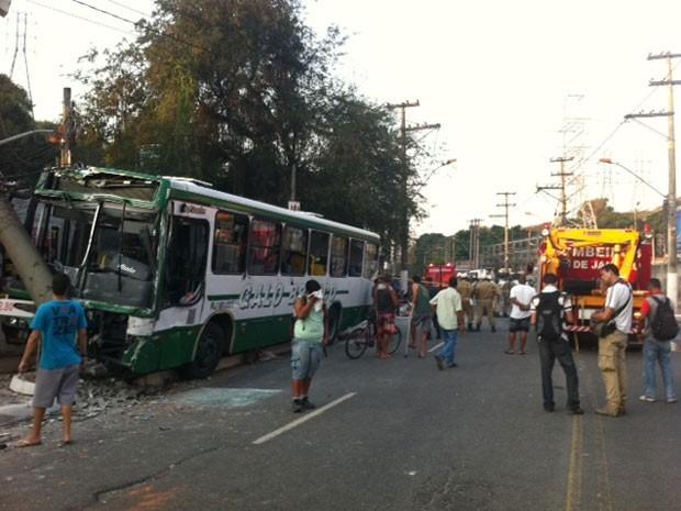 Acidente com van e ônibus deixa mortos e feridos (Foto: Guilherme Brito/G1)
