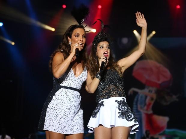 Ivete Sangalo canta com Mari Antunes, do Babado Novo, no Festival de Verão de Salvador, na Bahia (Foto: Fred Pontes/ Foto Rio News)