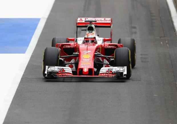 Kimi Raikkonen, da Ferrari, pisa fundo em Silverstone (Foto: Getty Images)