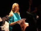 Luana Piovani vai assistir peça com namorado e sobe ao palco no fim