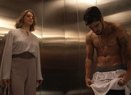 Grego tira a camisa no elevador