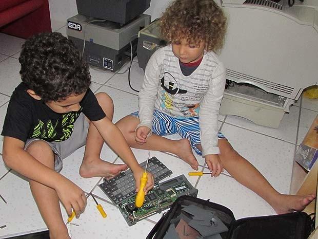 Crianças que integram o projeto manuseando equipamentos eletrônicos (Foto: Arquivo Pessoal)