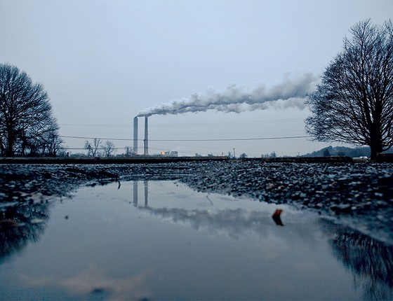 FUMAÇA Usina termelétrica  a carvão.  Investidores  não acreditam mais nessa energia suja (Foto: Benjamin Lowy/Getty Images)
