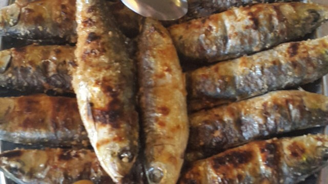 Sardinhas assadas na brasa, comida típica da festa de São João na Cidade do Porto (Foto: Arquivo Pessoal)