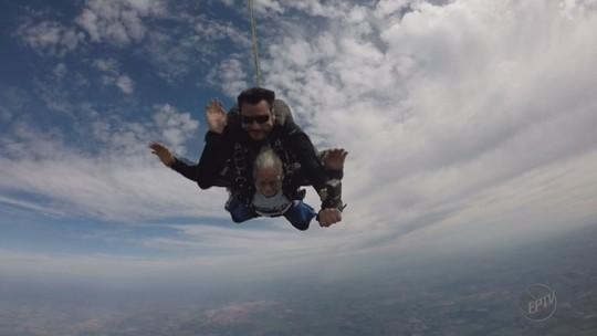 Idosa de 81 anos realiza sonho radical e salta de paraquedas; assista