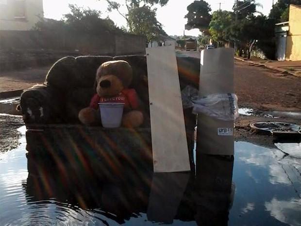 Moradores do Recreio Anhanguera brincaram com o problema do bairro (Foto: Naiara Ferreira/ VC no G1)