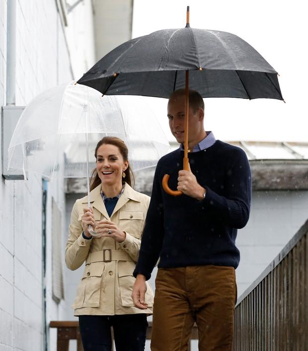 Kate Middleton usa botas de cano alto, calça jeans e casaco bege em dia de chuva na viagem pelo Canadá (Foto: Reuters)