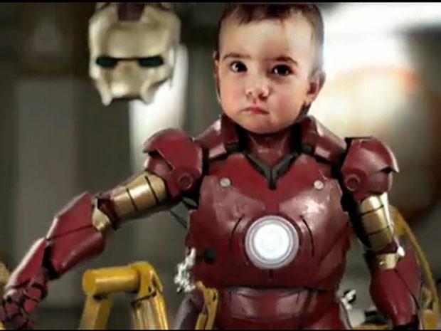 Em 2010, um vídeo que trazia uma bebê vestindo uma armadura parecida com a do homem de ferro virou hit na internet. 'Iron Baby' mostrava a pequena Margaret brincando num quarto antes de se vestir de superheroína e lutar com coelhos de pelúcia armados. (Foto: Reprodução)