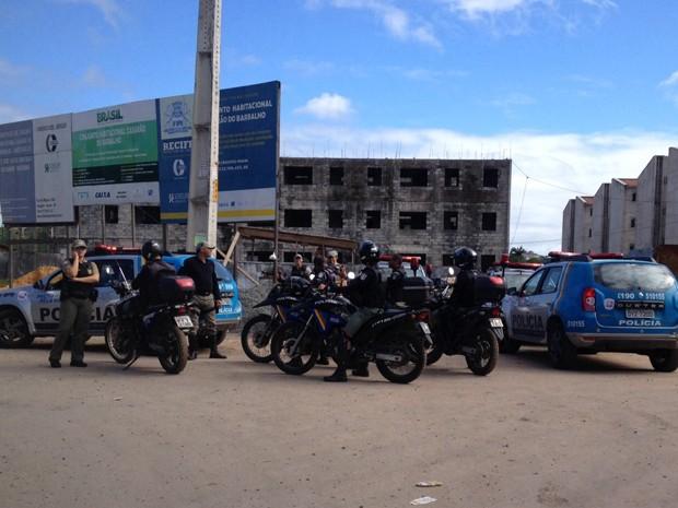 Equipes da polícia estão na comunidade do Detran, na manhã desta quarta (16) (Foto: Kety Marinho/ TV Globo)