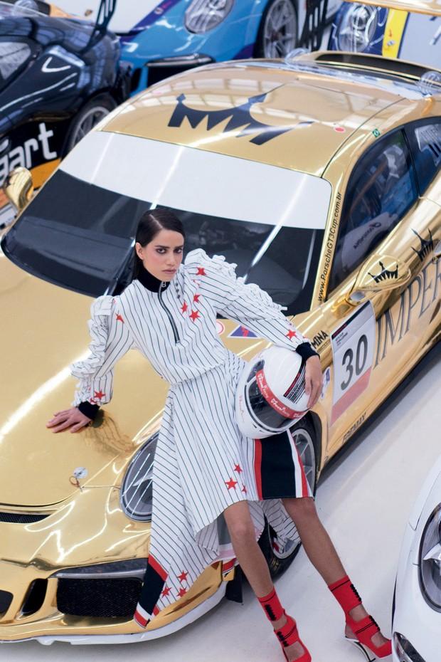 FESTIVO: Vestido Juliana Jabour (R$ 1.745) e sandálias Fendi (R$ 4.590) (Foto: Higor Bastos, Jason Kibbler, Divulgação Vogue Rússia Março 2017, Imaxtree, Divulgação e Reprodução)