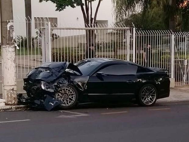 Mustang atingiu um poste depois de bater no carro  (Foto: TEM Você)