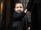 Não é como o pai! North West sorri para paparazzo em Paris