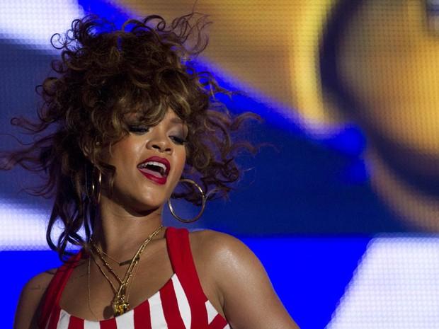 Público canta em peso com Rihanna (Foto: AP)