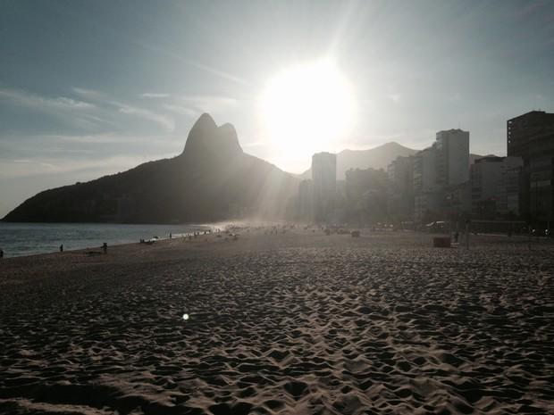 Praias, enfim, foram varridas após greve dos garis (Foto: Gabriel Barreira/G1)