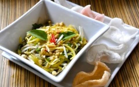 Salada tailandesa com coco fresco, manjericão e manga