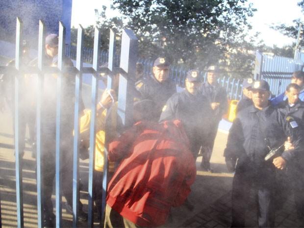 Guarda Municipal usa gás de pimenta para dispersar manifestantes em São José dos Campos. (Foto: Carlos Santos/G1)