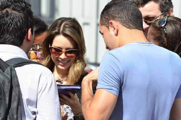 Sandy  e o marido, Lucas, no aeroporto (Foto: FotoRioNews / William Oda)