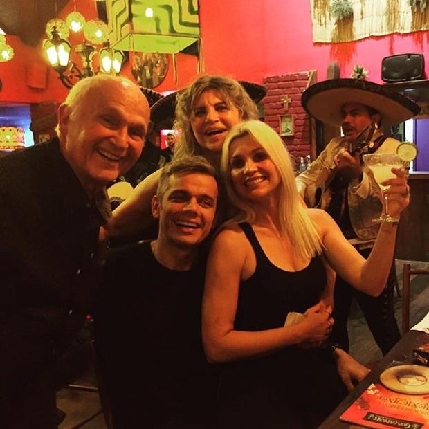 Flávia Alessandra e Otaviano Costa no aniversário da mãe da atriz no Rio (Foto: Instagram/ Reprodução)