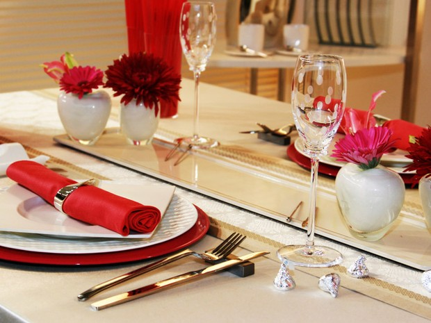Decorao da mesa em tons de vermelho para o Dia dos Namorados (Foto: Getty Images)