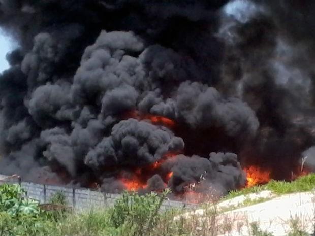 Incêndio atinge depósito de materiais recicláveis em Várzea Paulista (Foto: Eliana Ritoni/TEM Você)