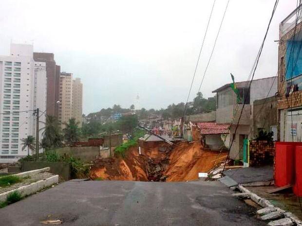 Chuva abre cratera em rua de Natal (Foto: Heloísa Guimarães/Inter TV Cabugi)
