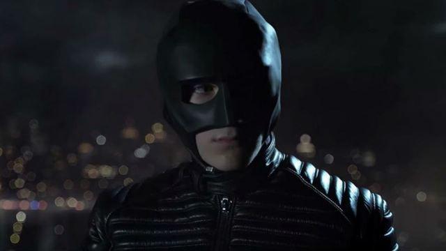 Bruce Wayne com máscara do inicia sua jornada para ser o Batman (Foto: divulgação)