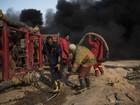 Bombeiros atuam em poço de petróleo incendiado pelo EI no Iraque