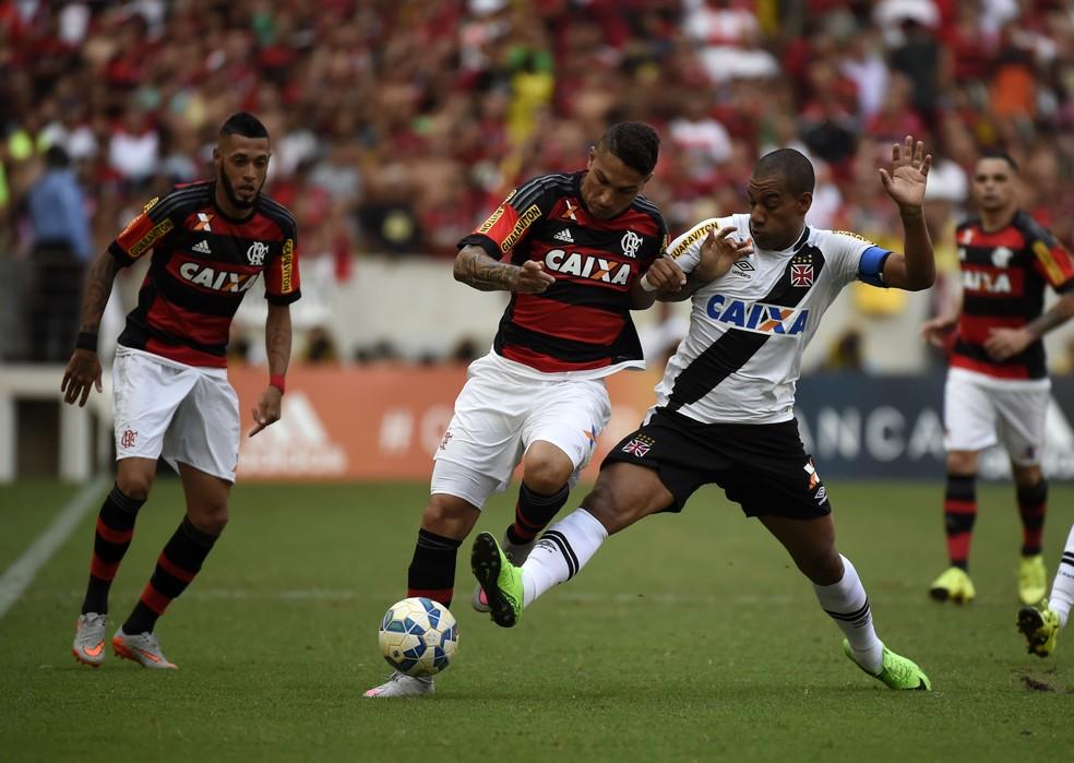 Guerrero disputa bola com Rodrigo (Foto: André Durão)