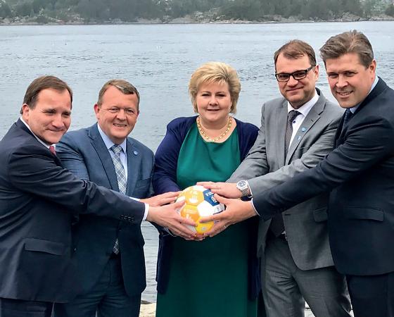 TIRANDO SARRO Líderes dos países nórdicos ironizam pose de Trump no Facebook (Foto: Reprodução)