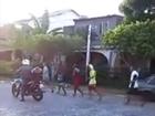 PM bota 'brigões' para correr em Farol (Reprodução)