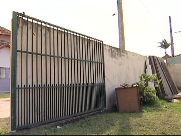 Portão de igreja cai em cima de criança de dois anos, no ES (Foto: Reprodução/TV Gazeta)