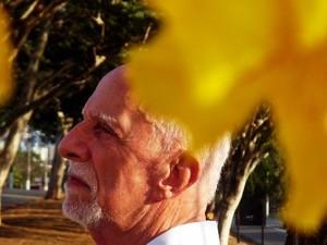 Rubem Alves ao lado de um ipê amarelo (Foto: Instituto Rubem Alves)