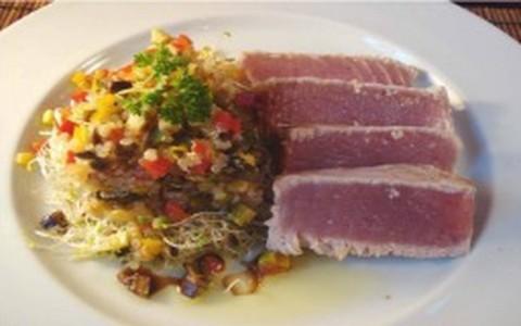 Salada de quinoa com atum rosado