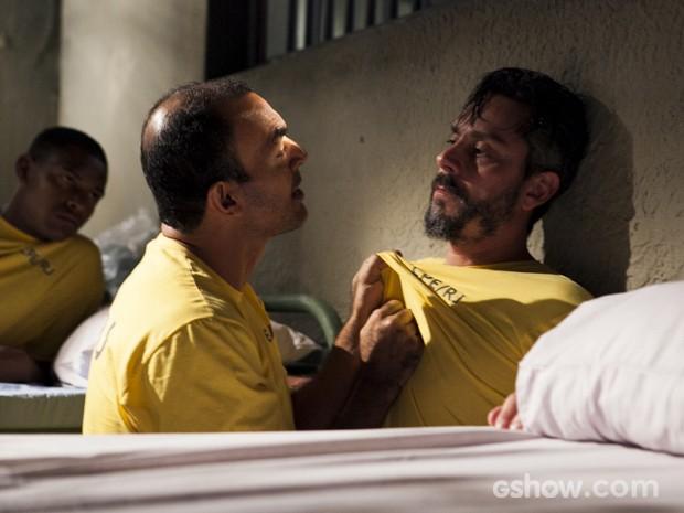 Hermes chega na cadeia e leva a pior (Foto: Inácio Moraes/TV Globo)