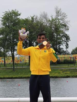 Isaquias recebe sua segunda medalha de ouro no Pan de Toronto (Foto: Divulgação/Confederação Brasileira de Canoagem)