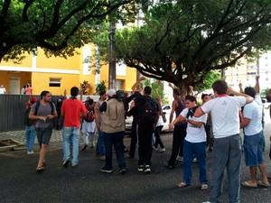 Grupo de manifestantes permanece na frente da Câmara Municipal de Natal (Foto: Antônio Netto/G1)