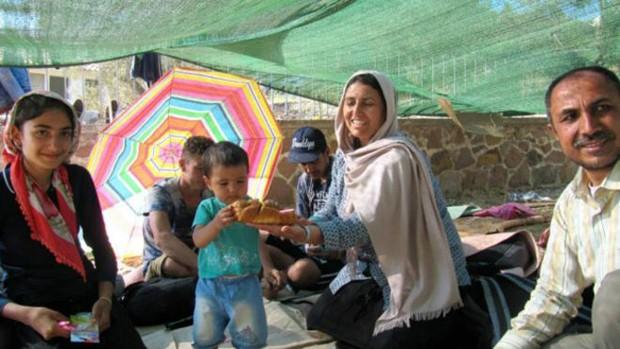Fatma, que ganhou bolo improvisado para celebrar seu primeiro aniversário; família deixou o Afeganistão para fugir da guerra (Foto: BBC/Stella Chiarelli)