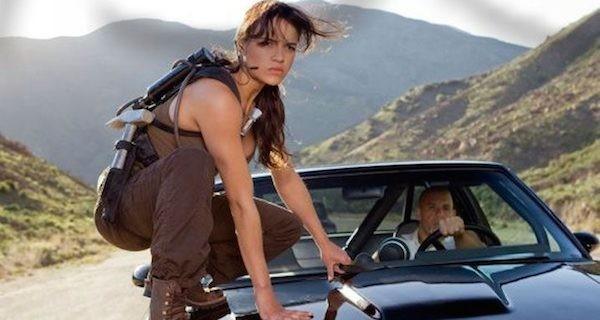 Michelle Rodriguez com Vin Diesel em cena de filme da franquia Velozes e Furiosos (Foto: Reprodução)