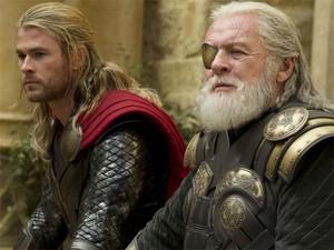 Thor (Christopher Hemsworth) e Odin (Anthony Hopkins) em cena de 'Thor: o mundo sombrio' (Foto: Divulgação)
