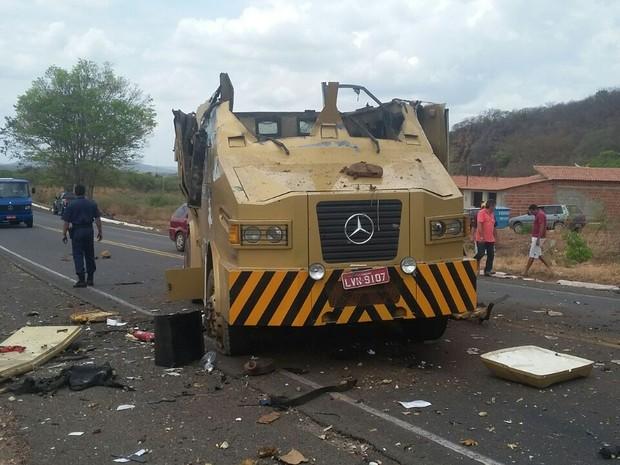 Parte superior do carro-forte foi totalmente arrombada  (Foto: Reprodução/Polícia Militar )