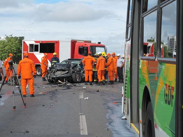 Dois passageiros do ônibus ficaram feridos, de acordo com os bombeiros. (Foto: Fábio Amato/G1)