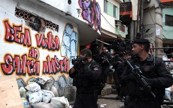 Policiais durante operação no Morro Dona Marta em 2008 (Foto:  Bruno Gonzalez/AGIF/Estadão Conteúdo)