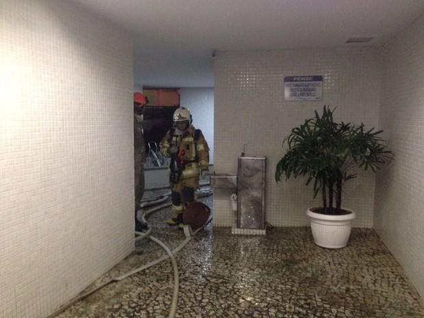 Bombeiros foram acionados para incêndio em condomínio na Barra da Tijuca, Rio (Foto: Perla Rodrigues / G1)