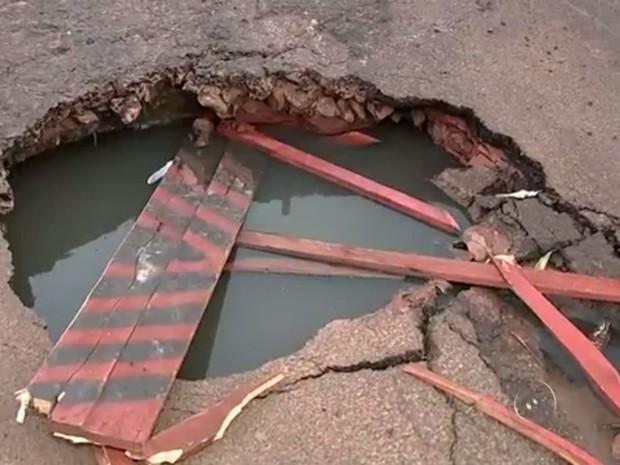 Buraco em rua na região norte de Rio Preto  (Foto: Reprodução/TV TEM)