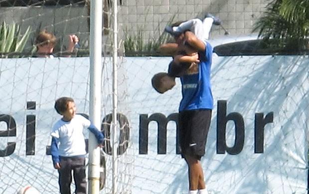 Neymar brinca com criança no treino do Santos (Foto: Marcelo Hazan / Globoesporte.com)