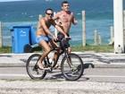 Roger Flores pedala de sunga na orla