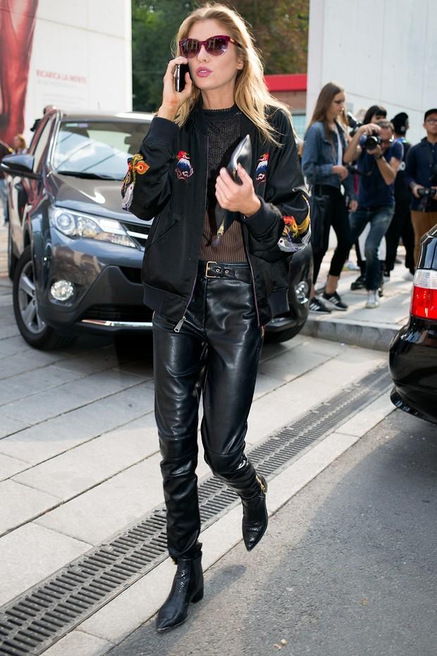A britânica Stella Maxwell usa look estiloso nos bastidores da semana de moda de Milão (Foto: Akm)