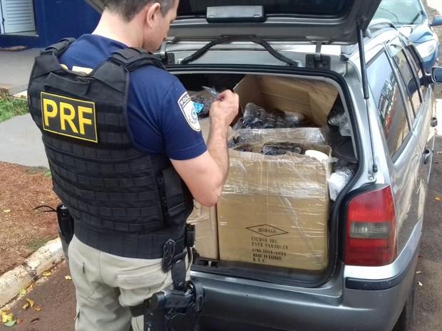 Carro lotado de mercadorias contrabandeadas do Paraguai foi abordado no posto de fiscalização da PRF em Santa Terezinha de Itaipu (PR) (Foto: PRF/ Divulgação)