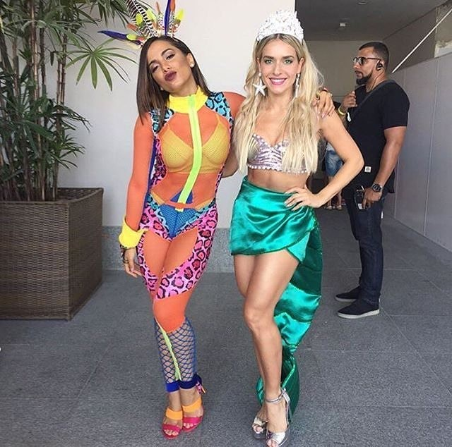 Anitta e Monique Alfradique antes da saída do Bloco das Poderosas (Foto: Instagram/Reprodução)