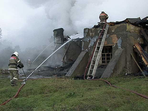 Incêndio destruiu hospital psiquiátrico na Rússia. (Foto: Ministério russo de Emergência / Novgorod / Via AP Photo)